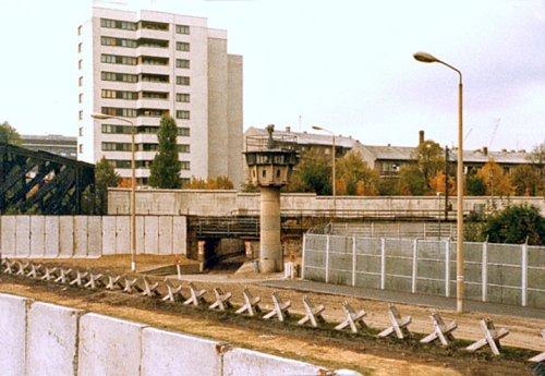 Berliner_Mauer_mit_Panzersperren_(Liesenstraße-Gartenstraße_1980).jpg
